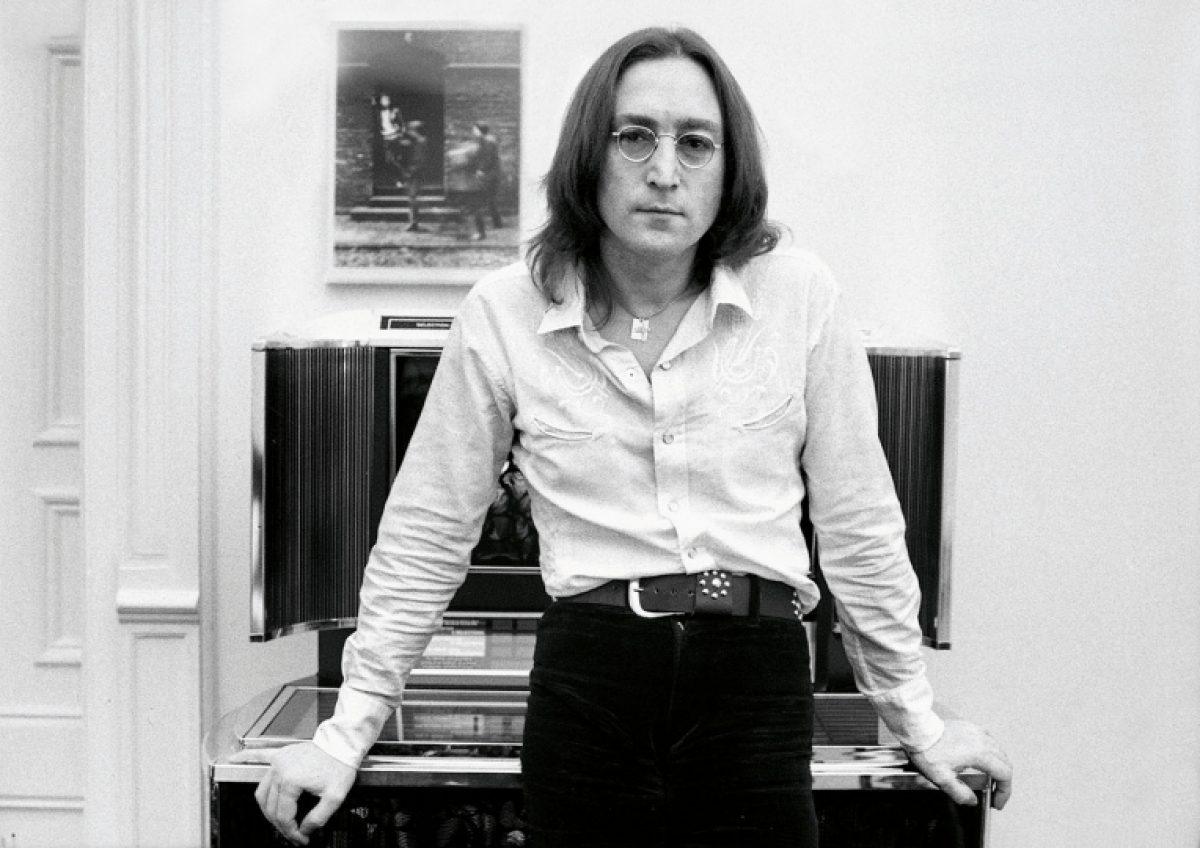 """Hamill giãi bày về khoảnh khắc lần đầu gặp John: """"Điều đầu tiên anh ấy nói với tôi là """"Xin chào Brian, tôi là John. Bạn có muốn một tách trà không?'. Tôi nhìn quanh căn hộ để xem nhóm hỗ trợ Lennon ở đâu, nhưng chỉ có một người duy nhất nữa là Yoko""""."""