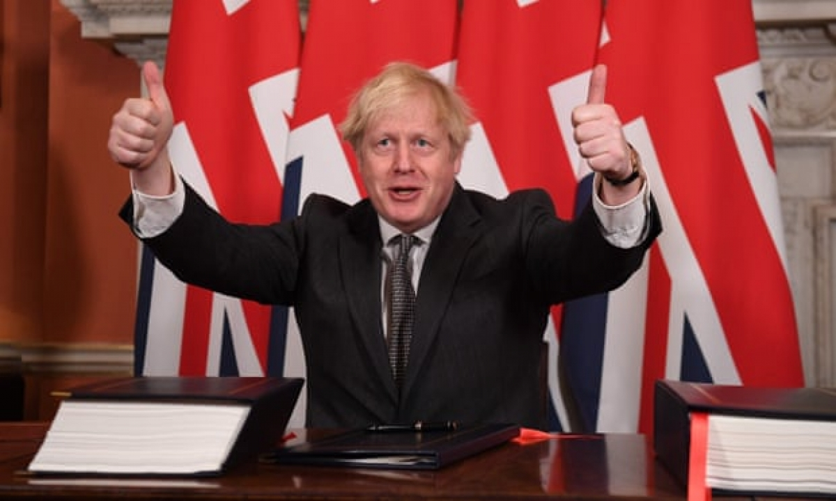 Thủ tướng Anh Boris Johnson ký thỏa thuận chính thức. Ảnh: The Guardian