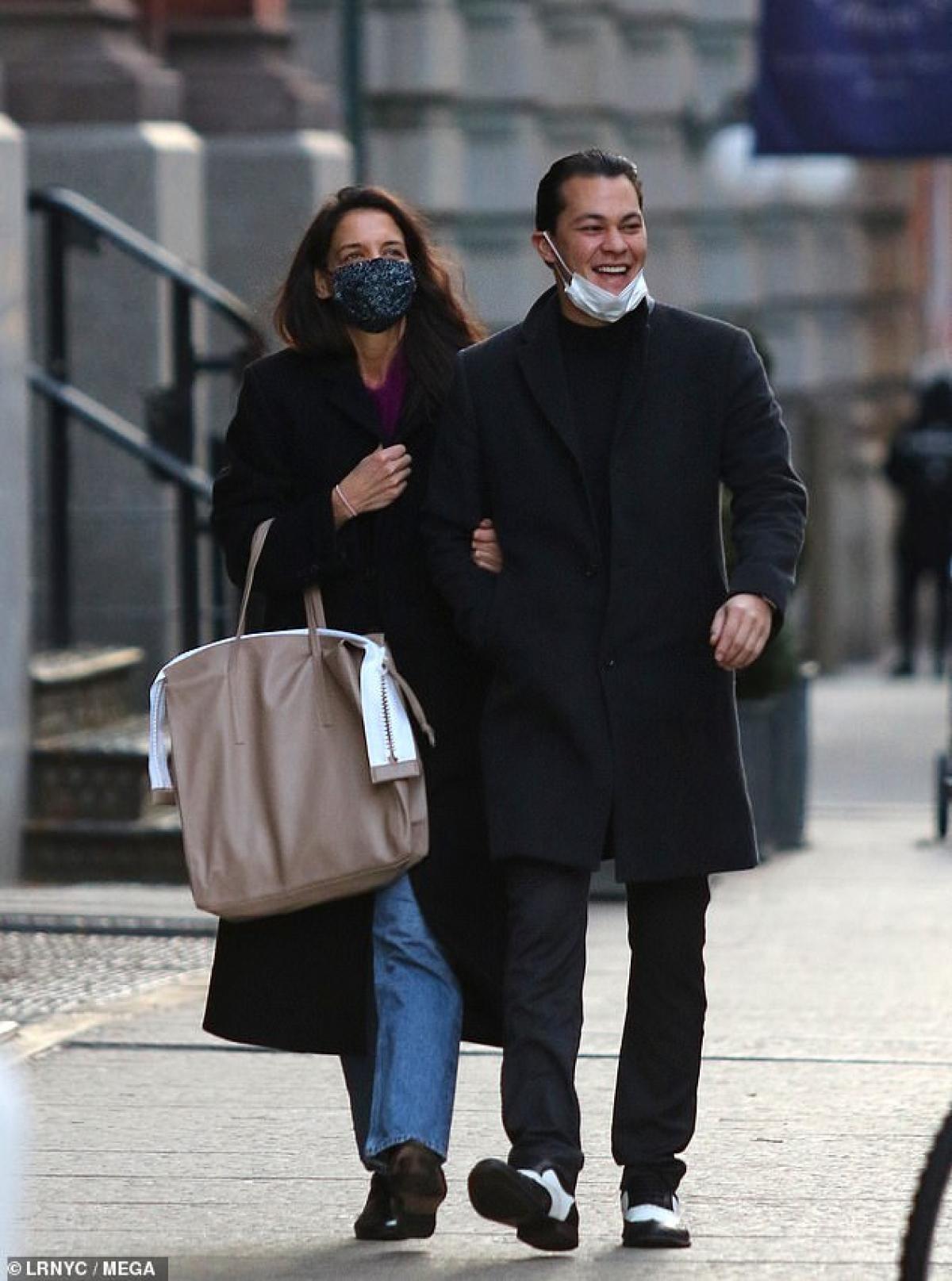 Katie Holmes hào hứng khoác tay bạn trai Emilio Vitolo Jr đi dạo trên đường phố New York ngày 28/12 vừa qua.