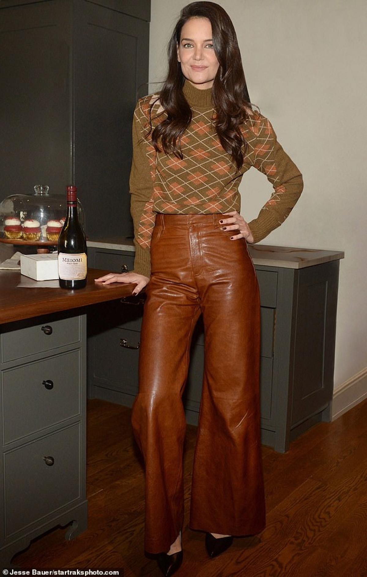 Nữ diễn viên trang điểm nhẹ nhàng, diện áo len và quần da sành điệu.