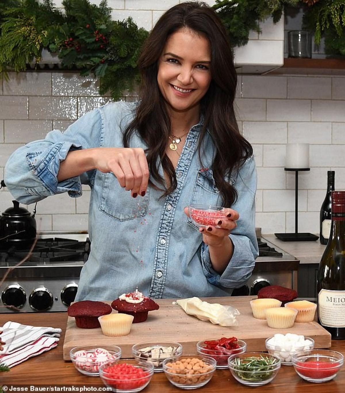Trước đó, Katie Holmes đã tới nhà hàng của bạn trai để trổ tài nấu nướng.