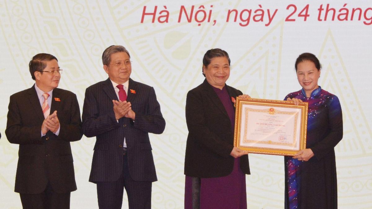 Chủ tịch Quốc hội Nguyễn Thị Kim Ngân trao tặng Huân chương Lao động hạng Nhất cho các cá nhân