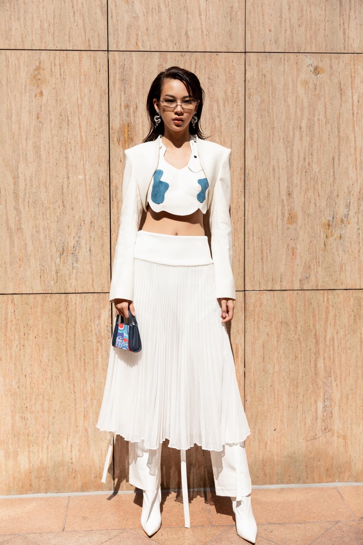 Lựa chọn thiết kế croptop tông trắng cùng form váy xếp ly, cô nàng tự tin pose dáng chuyên nghiệp với thần thái đỉnh cao.