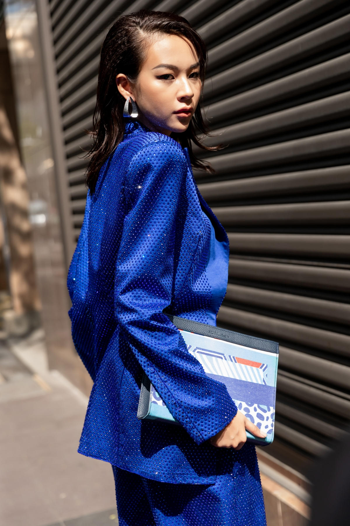 Tạo nét nổi bật với suit xanh cá tính lấy ý tưởng từ thương hiệu Aquafina trong bộ đồ thứ hai, Phí Phương Anh tiếp tục thu hút mọi ánh nhìn.