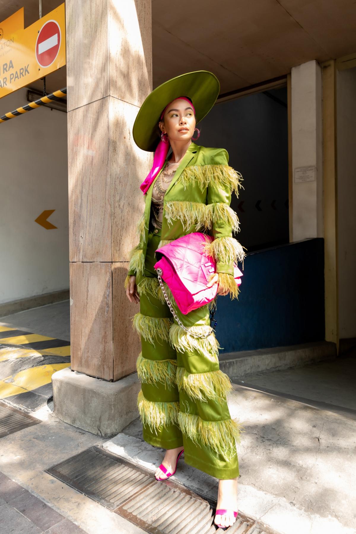 Độc lạ và mới lạ với bộ suit cách tân độc đáo, Á hậu Mâu Thủy sang chảnh với tông xanh sặc sỡ kết hợp với chiếc mũ rộng vành, toát lên đẳng cấp của một trong những chân dài đình đám nhất nhì showbiz Việt.