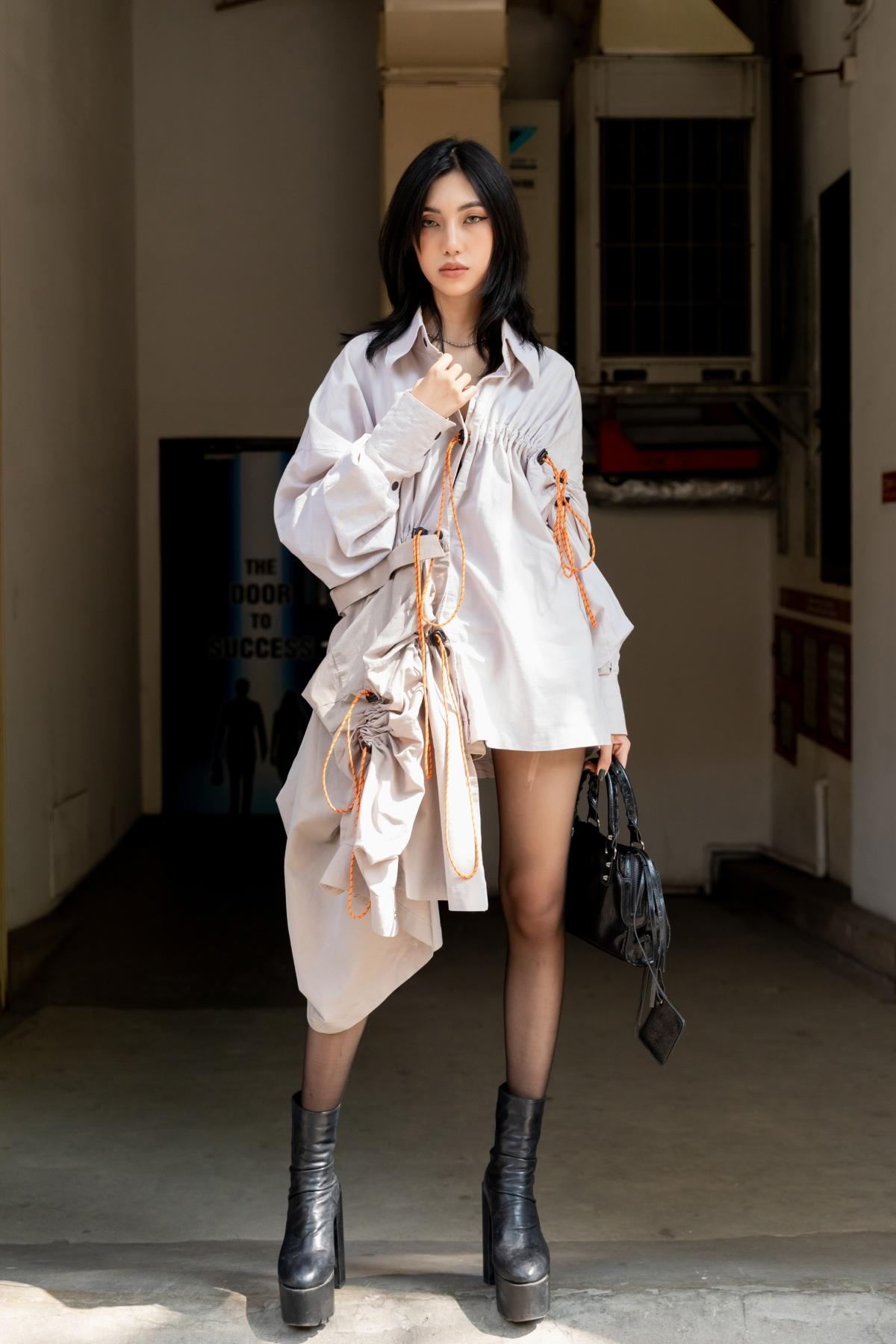 """Trần Hiểu Hân ghi điểm tuyệt đối trong trang phục vest trắng form dài thanh lịch nhưng cũng không kém phần cá tính, giành về giải nhất """"Best Street Style"""" ngày thứ 5."""