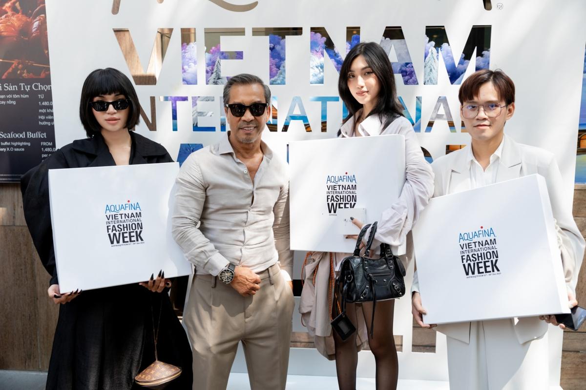 """Fashionisto Thuận Nguyễn cùng top 3 chủ nhân giải thưởng """"Best Street Style"""" buổi thứ 5."""