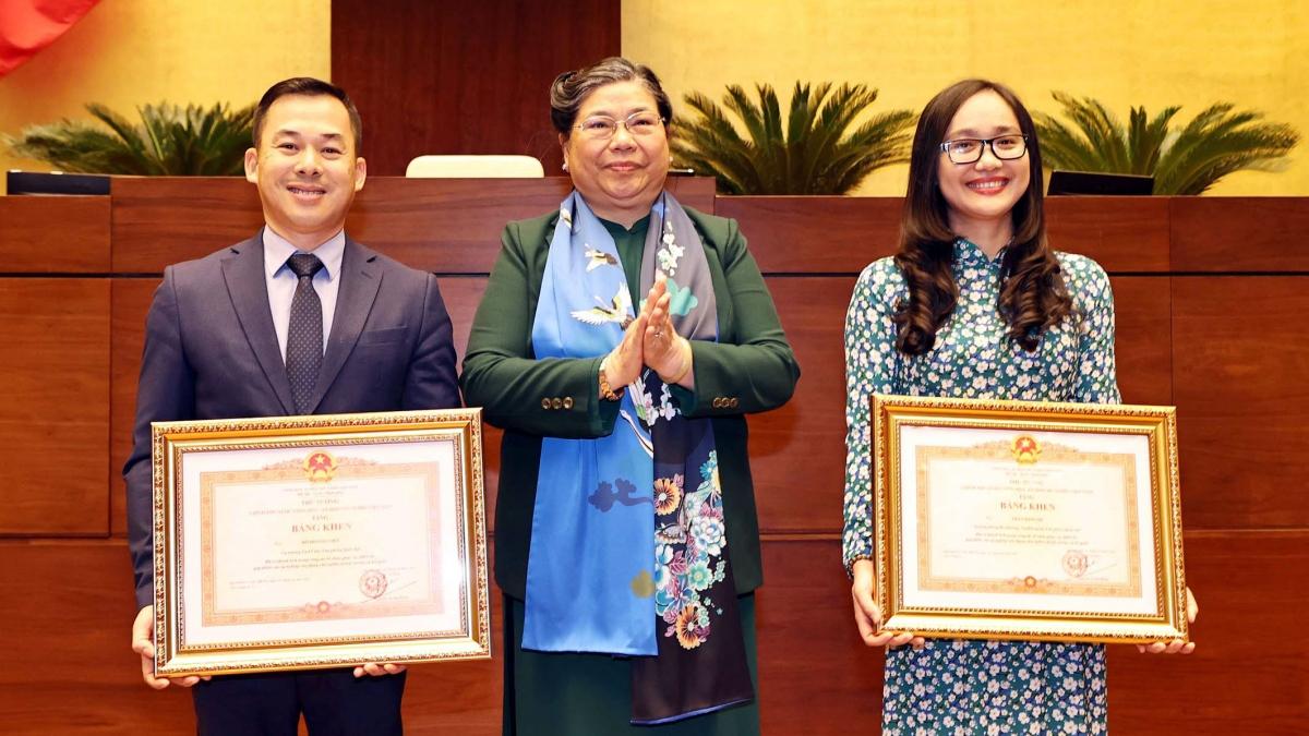 Phó Chủ tịch Thường trực Quốc hội Tòng Thị Phóng tặng Bằng khen của Thủ tướng Chính phủ.
