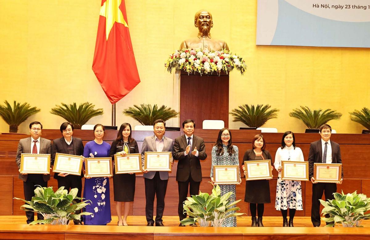 Chủ nhiệm Văn phòng Quốc hội tặng Bằng khen.