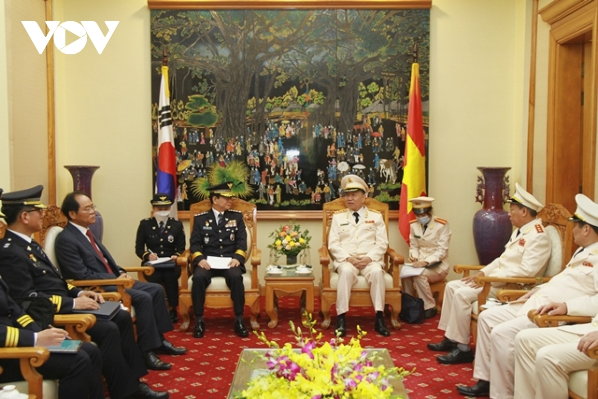 Both sides discuss ways to strengthen cooperation in various areas, including crime prevention and human resource training.