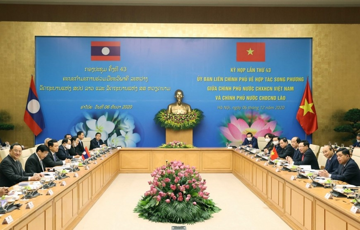 Từ ngày 4-6/12/2020, Thủ tướng Thongloun Sisoulith tiếp tục thăm Việt Nam và đồng chủ trì Kỳ họp lần thứ 43 Ủy ban liên Chính phủ về hợp tác song phương Việt Nam - Lào, với kết quả là 17 thỏa thuận hợp tác đã được ký kết.(Ảnh: TTXVN)