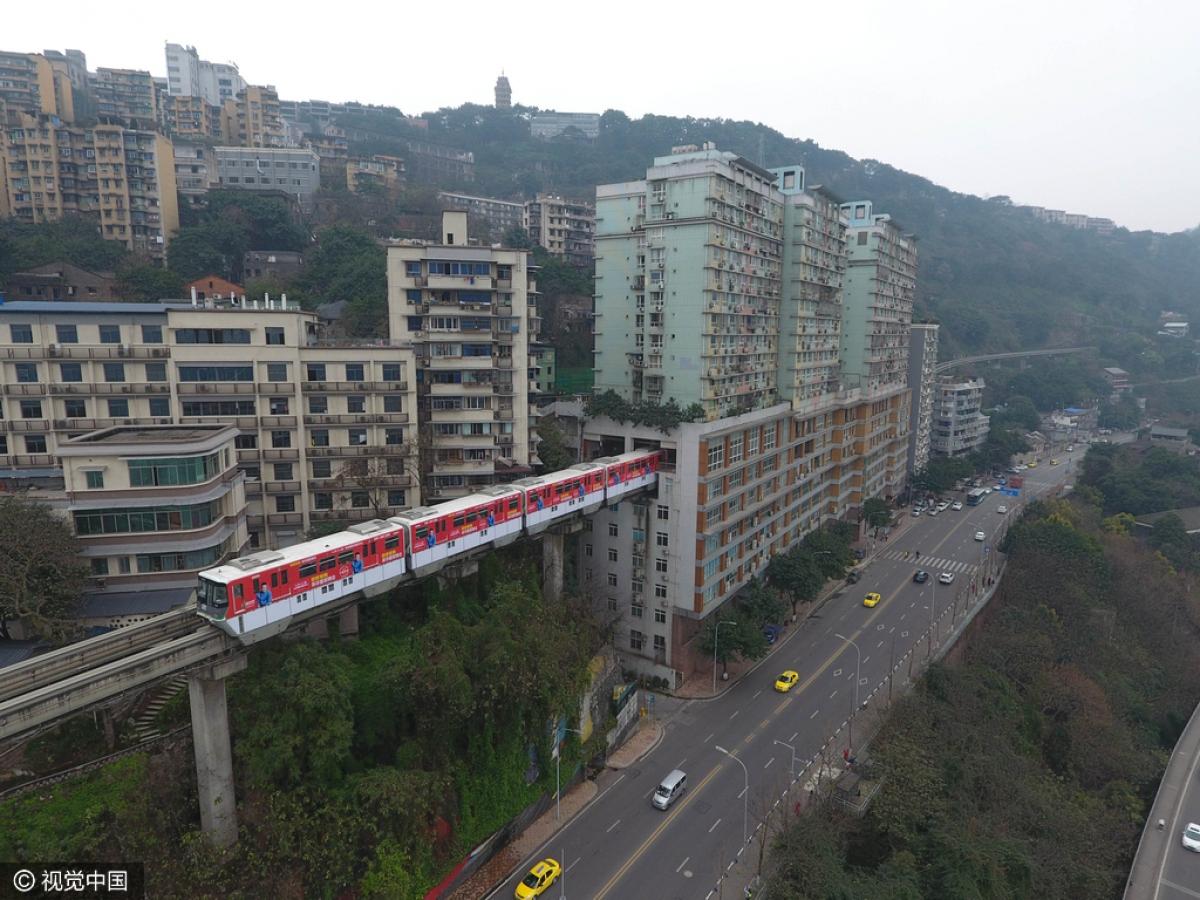 Là một thành phố có nhiều đồi núi, Trùng Khánh buộc phải đưa ra các giải pháp giao thông độc lạ. Nguồn: Visual China