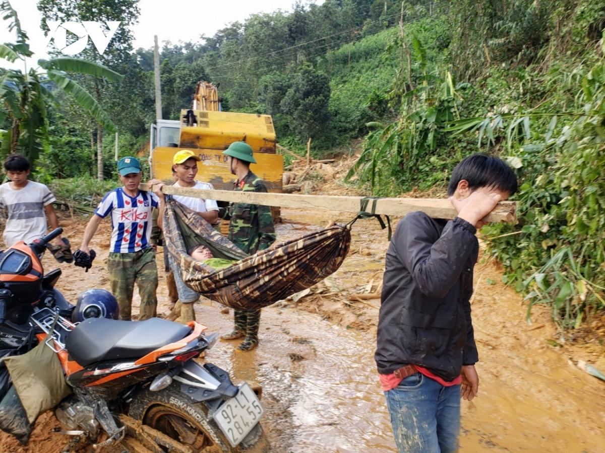 Ngày 29/10 khi đường vào hiện trường vụ sạt lở ở nóc Ông Đề, thôn 1 xã Trà Leng chưa thông, bà con phải dùng võng khiêng người bị thương đi bộ hàng chục cây số để cứu chữa.
