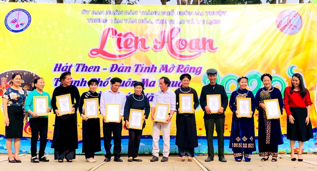 Ban tổ chức trao giải cho các đội đạt kết quả cao.