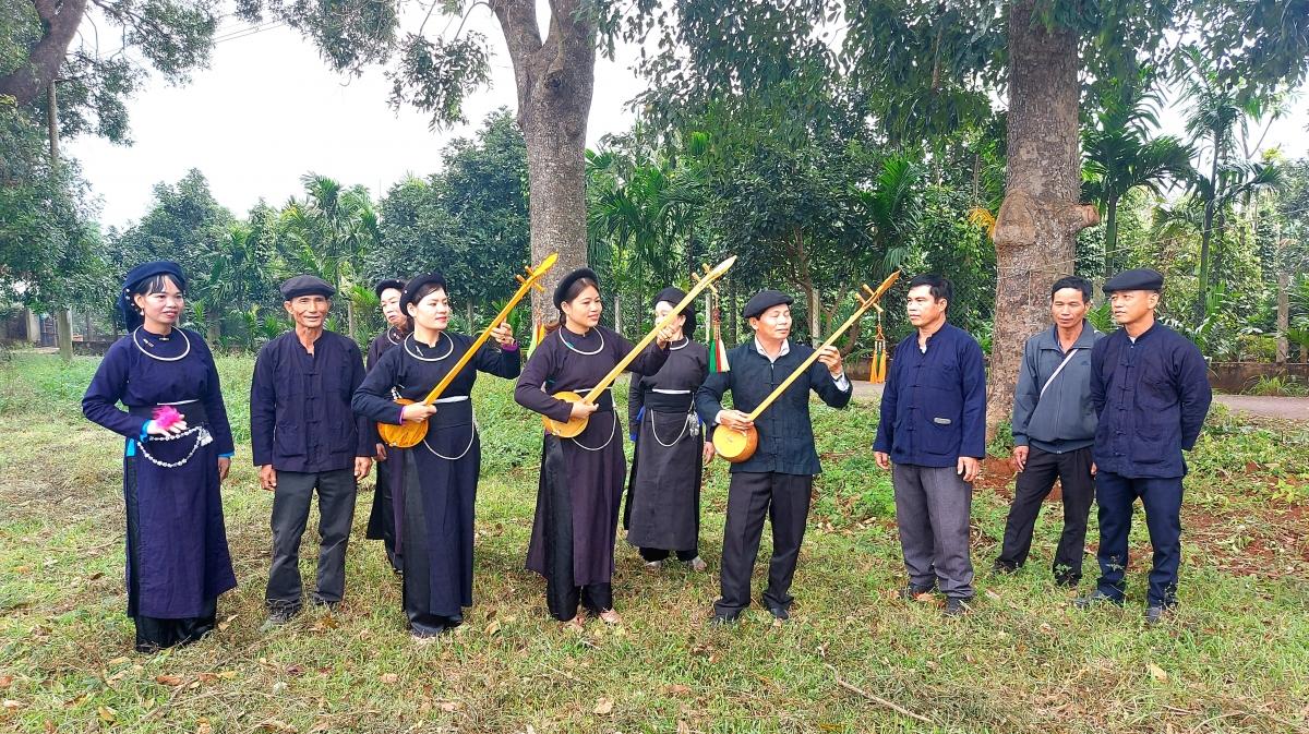 Đội thi huyện Lắk tranh thủ ôn tập trước giờ thi.