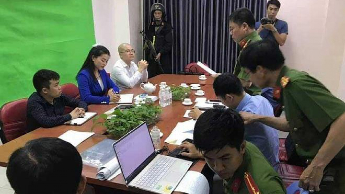 Cảnh sát đọc lệnh bắt Nguyễn Thái Luyện. Ảnh: VTC News.