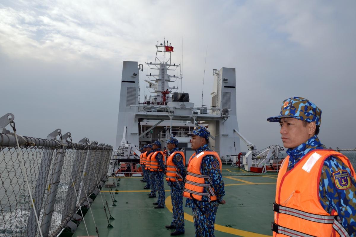 Lực lượng Cảnh sát biển hai nước thực hiện nghi thức chào xã giao trên biển.