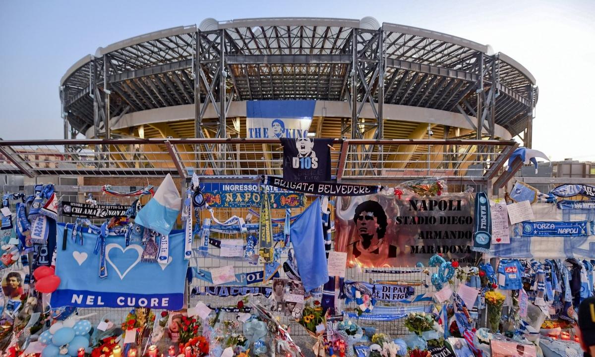 Người hâm mộ Napoli bày tỏ sự tiếc thương Maradona. (Ảnh: Getty)