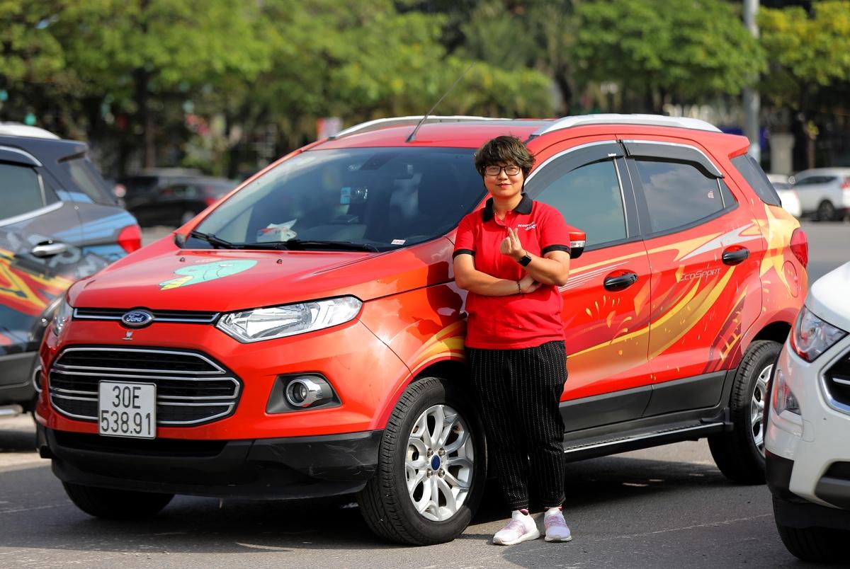Chị Trần Thị Hoài Thanh cho biết, chị lựa chọn chiếc EcoSport vì tính linh hoạt của nó. Không chỉ vậy, mẫu xe còn thực sự nổi bật khi di chuyển trên phố.