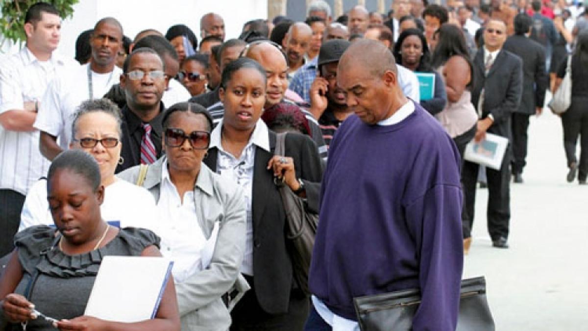 Người dân Mỹ xếp hàng tại một hội chợ việc làm ở Los Angeles (Ảnh: Reuters)