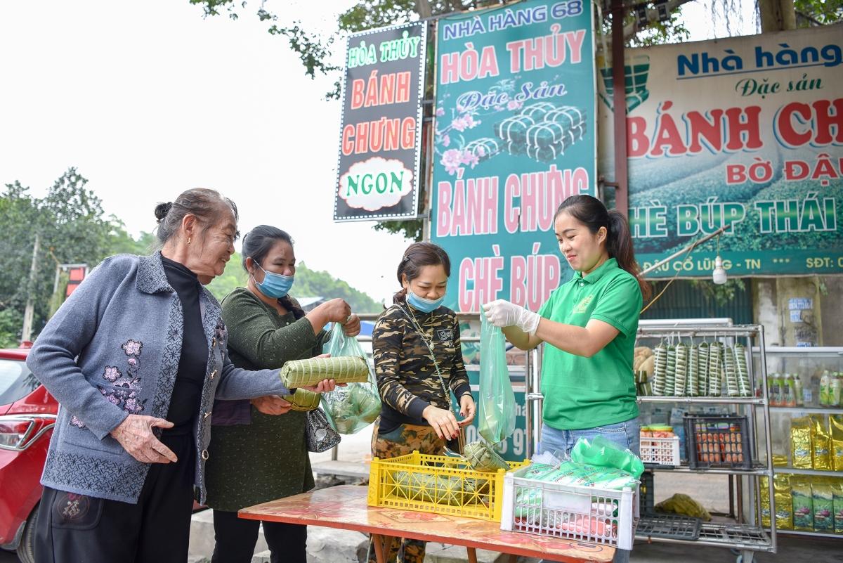 Làng nghề bánh chưng Bờ Đậu là điểm dừng chân quen thuộc của du khách vì nằm trên trục đường chính.