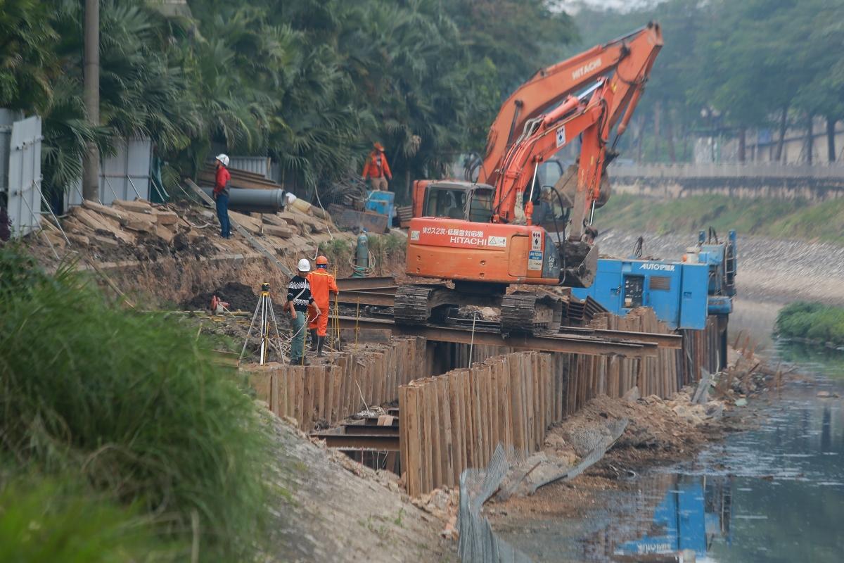 Từ ngày 18/5/2020 một hệ thống cống gom nước thải bên bờ sông Tô Lịch được khởi công.
