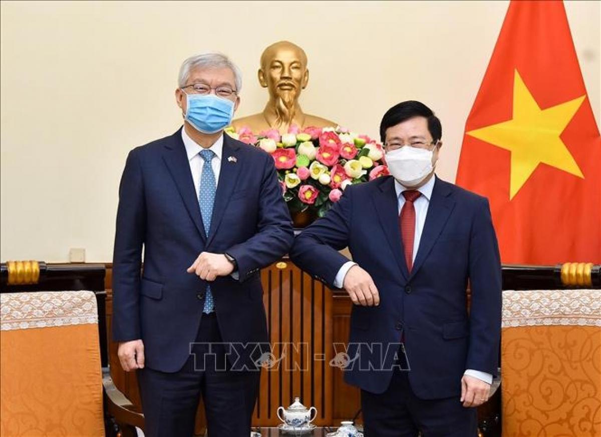 Phó Thủ tướng, Bộ trưởng Bộ Ngoại giao Phạm Bình Minh tiếp Thứ trưởng Ngoại giao Hàn Quốc Lee Tae-ho. Ảnh: TTXVN
