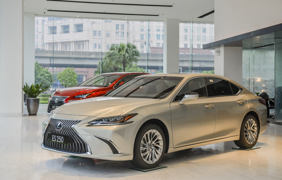 Lexus ES 2021 tiếp tục được nhập khẩu và phân phối với 2 model ES 250 và ES 300h.