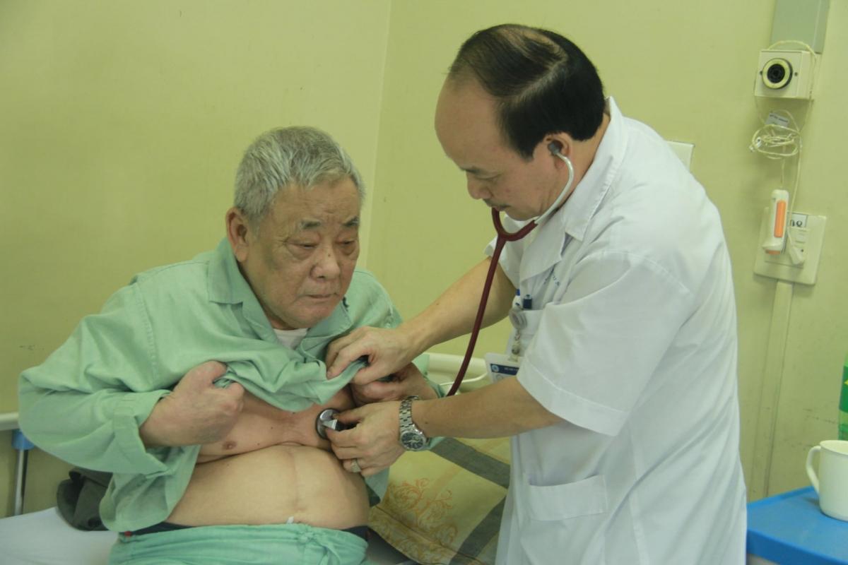 Người cao tuổi điều trị tại Bệnh viện Hữu nghị.