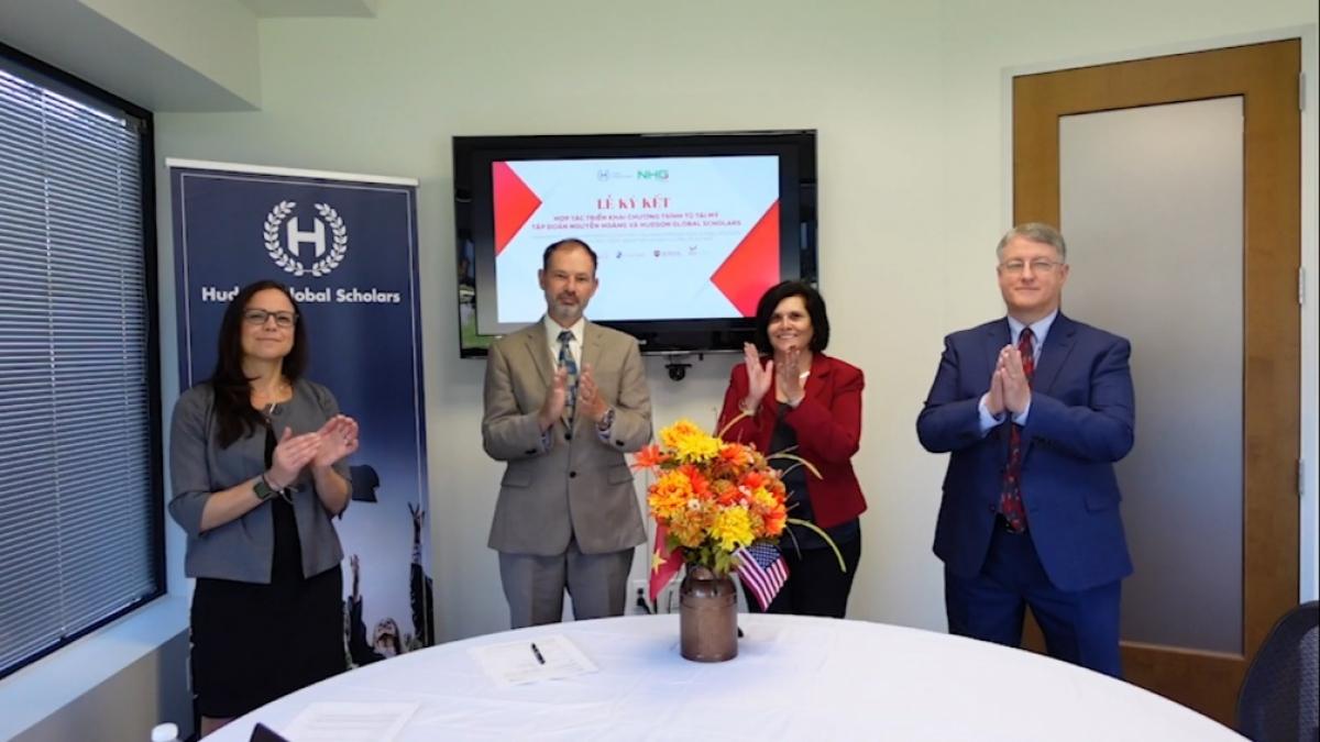 Ông Bruce Davis (thứ hai từ trái qua) – Tổng giám đốc Tổ chức Hudson Global Scholars mong muốn được đưa nền giáo dục trực tuyến với chất lượng giáo dục Mỹ