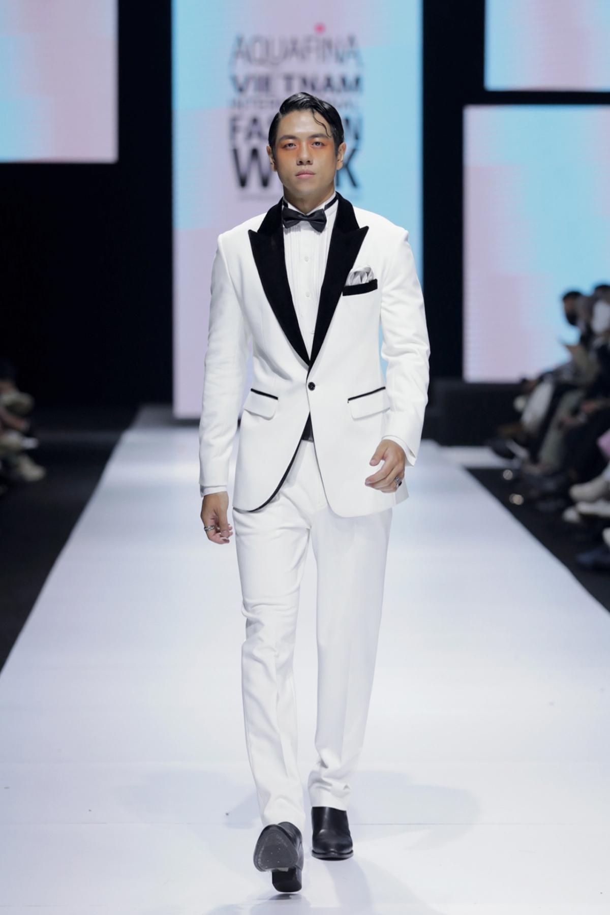 Những bộ vest đơn giản, khiến những chàng trai của Hoàng Minh Hà ổn áp hơn bao giờ hết.