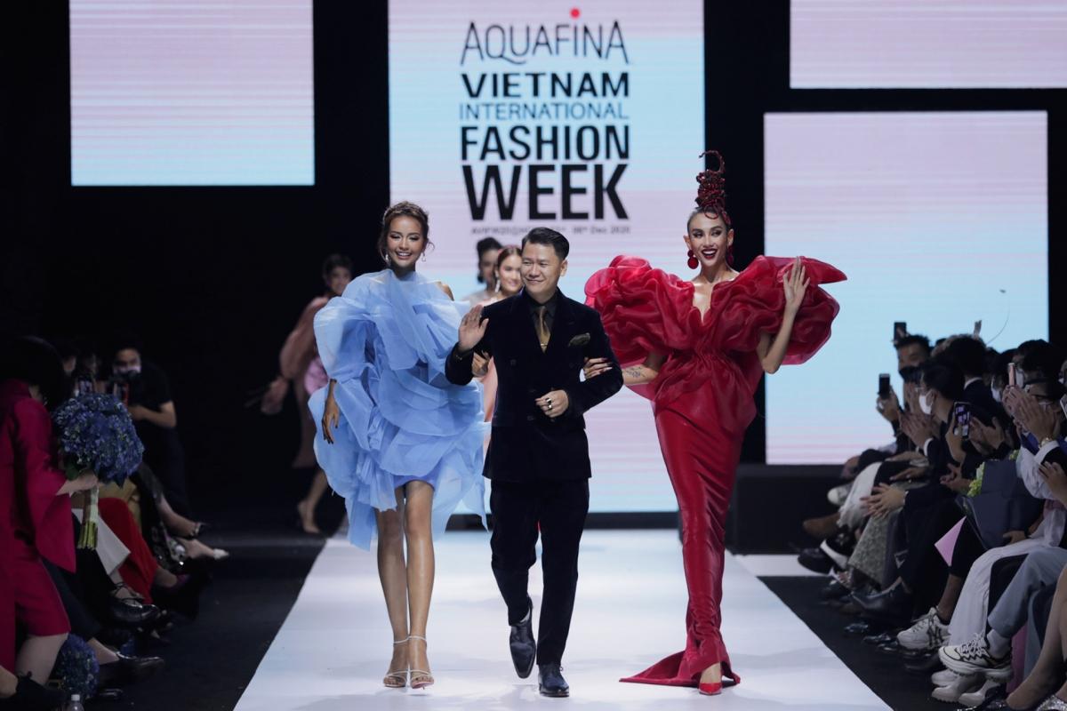 """Chính sự sáng tạo và phá cách trong những form dáng, bộ sưu tập """"Chạm"""" của nhà thiết kế Hoàng Minh Hà đã một lần nữa khẳng định tài năng của anh trong làng thời trang Việt Nam."""