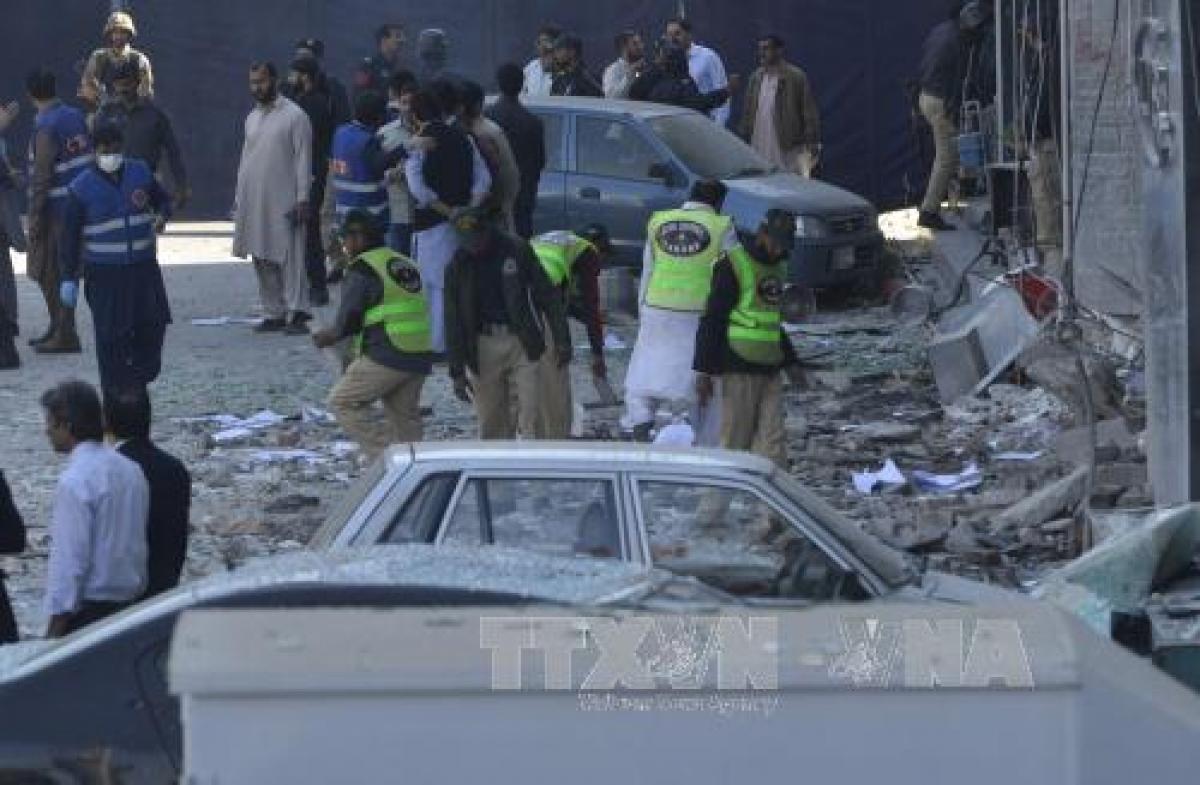 Nhân viên an ninh Pakistan điều tra tại hiện trường vụ nổ ở Lahore, Pakistan. Ảnh: AFP/TTXVN.