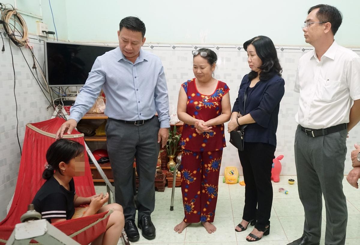 Chủ tịch UBND tỉnh Tây Ninh Nguyễn Thanh Ngọc thăm hỏi nữ sinh vào tối 13/12.