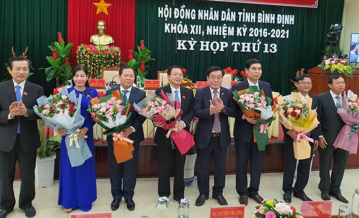 Ông Nguyễn Thanh Tùng, nguyên Bí thư Tỉnh ủy, Chủ tịch HĐND tỉnh Bình Định tặng hoa các cán bộ mới được bầu.