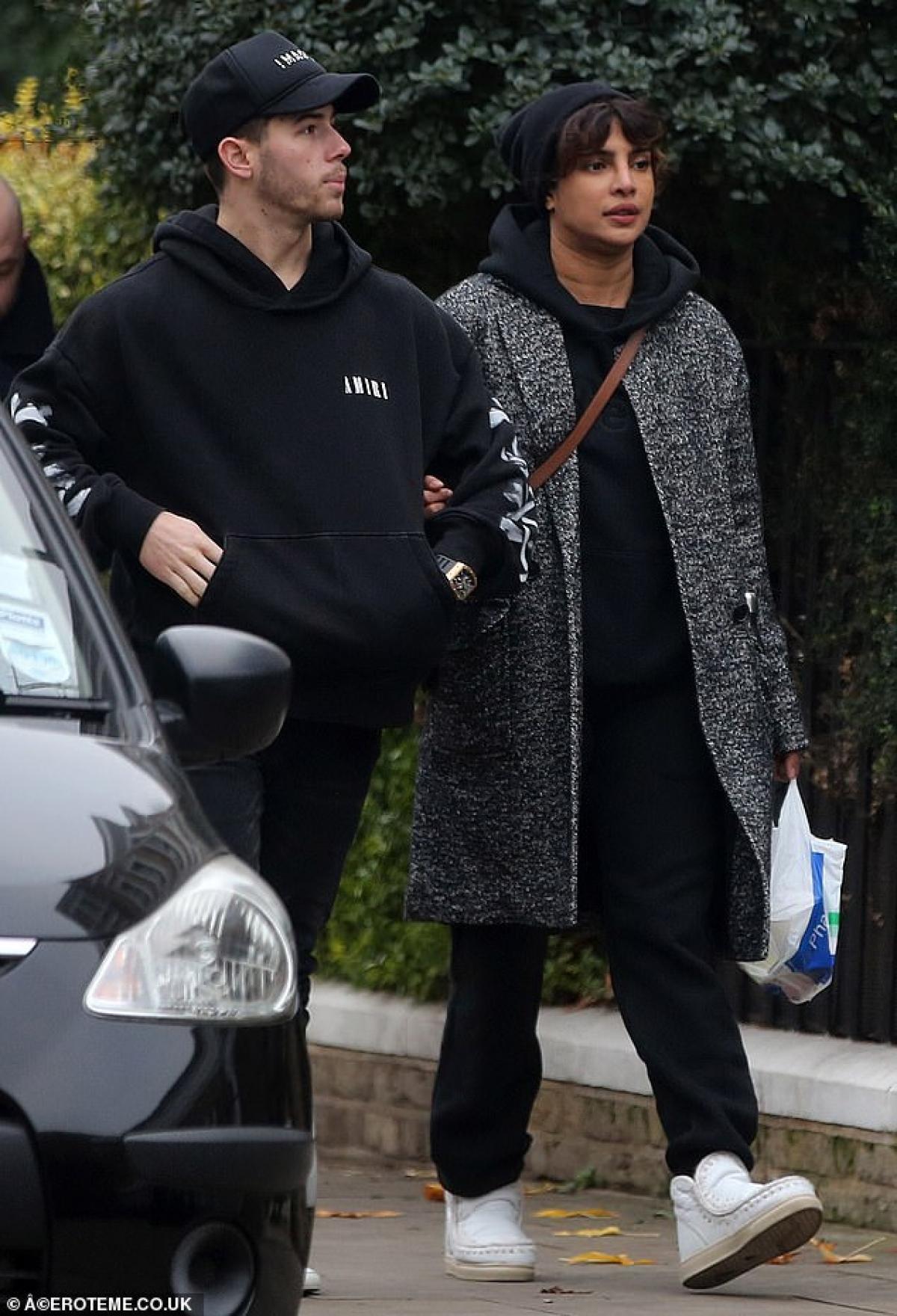 Priyanka Chopra và ông xã Nick Jonas tình tứ khoác tay nhau đi dạo trên đường phố London ngày 1/12 vừa qua. Được biết, cặp đôi tới Anh kỷ niệm 2 năm ngày cưới.