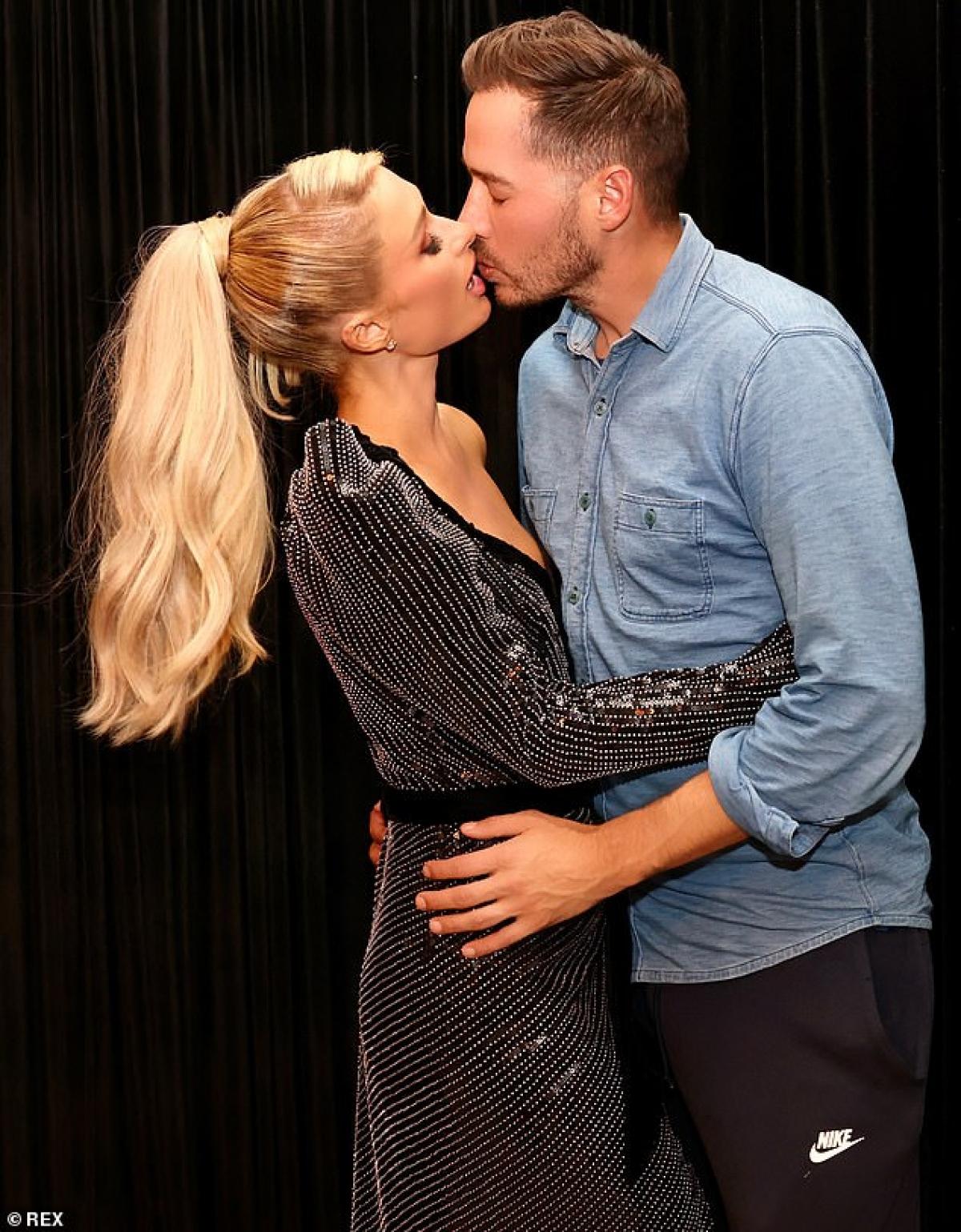 """Paris Hilton và bạn trai Carter Reum ngọt ngào """"khóa môi"""" trong bộ ảnh thời trang mới."""