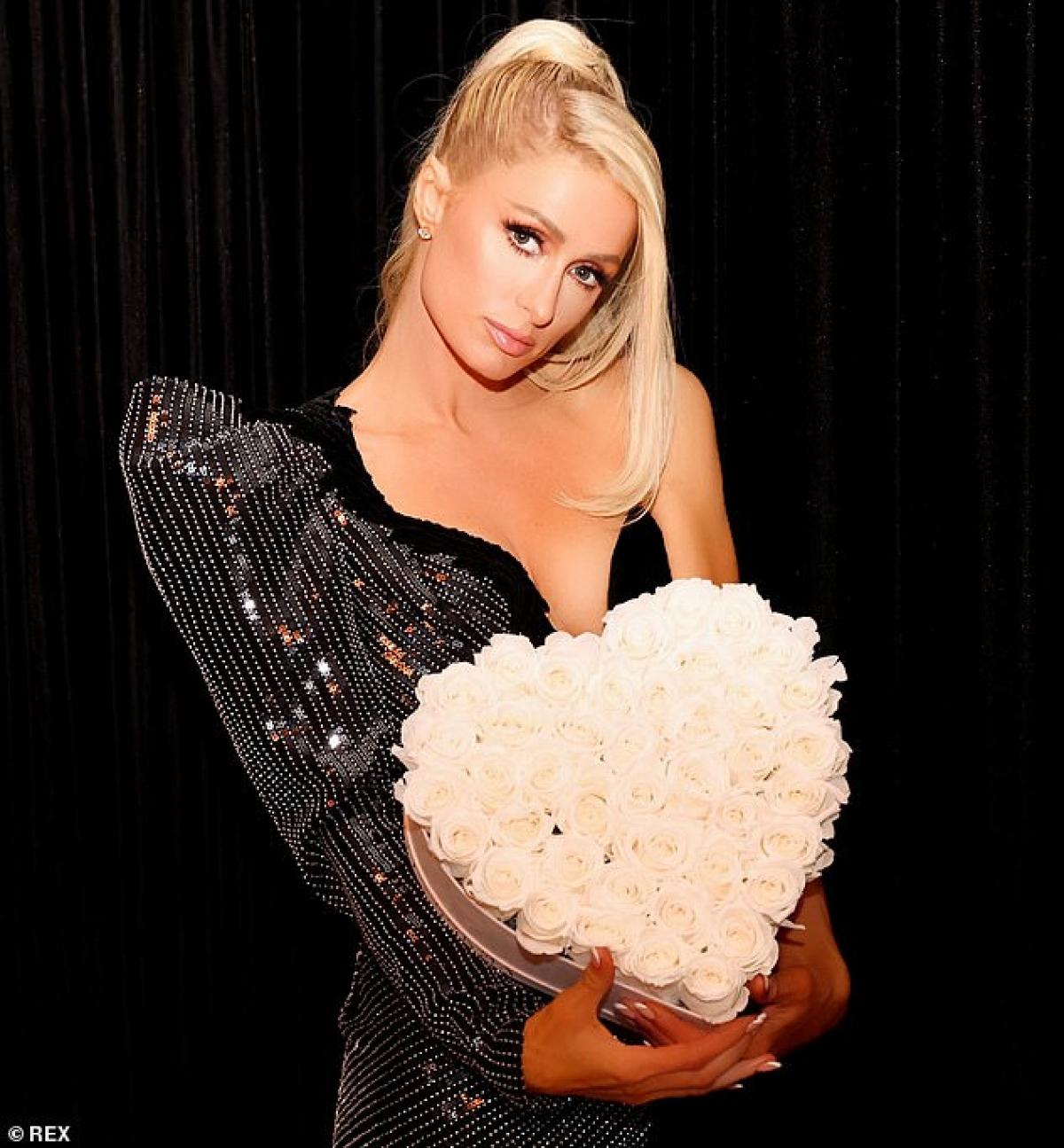 """Cách đây không lâu, Paris Hilton đã gửi gắm tình cảm của mình dành cho người bạn trai Carter Reum thông qua bài hát mới nhất mang tên """"I Blame You"""". Đây là một ca khúc mang âm hưởng nhạc dance vô cùng cuốn hút với giai điệu bắt tai cùng lời ca ý nghĩa."""