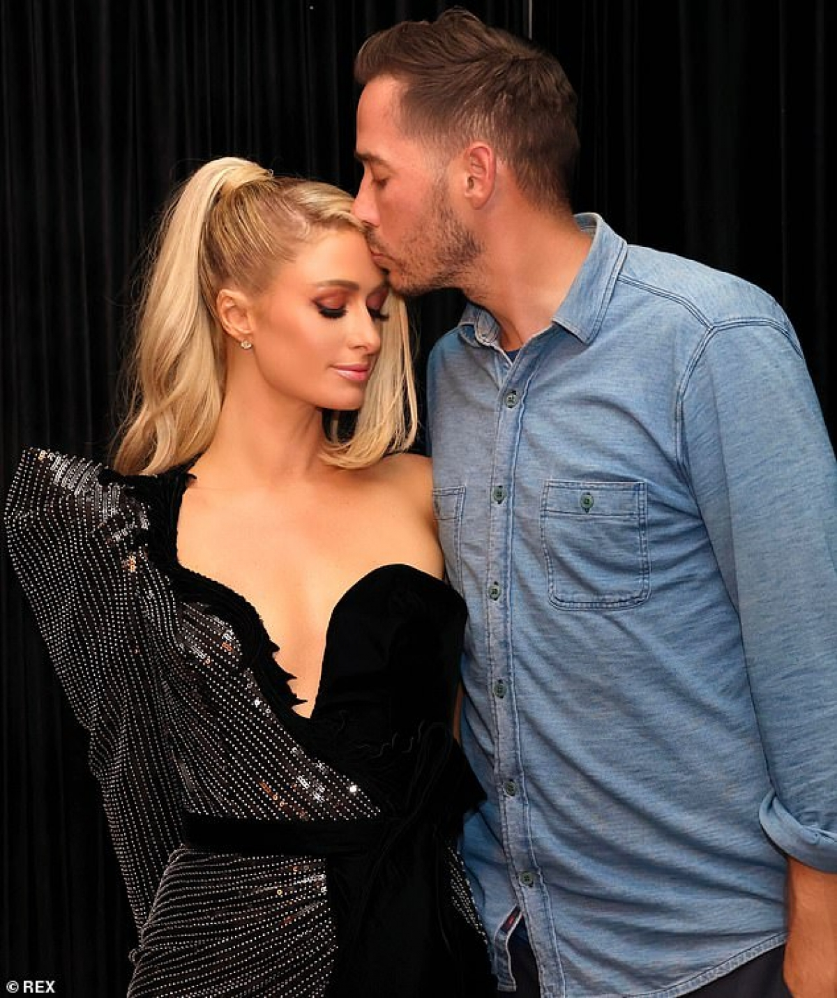 Doanh nhân Carter Reum không ngại ngần đặt lên trán bạn gái nụ hôn nóng bỏng.