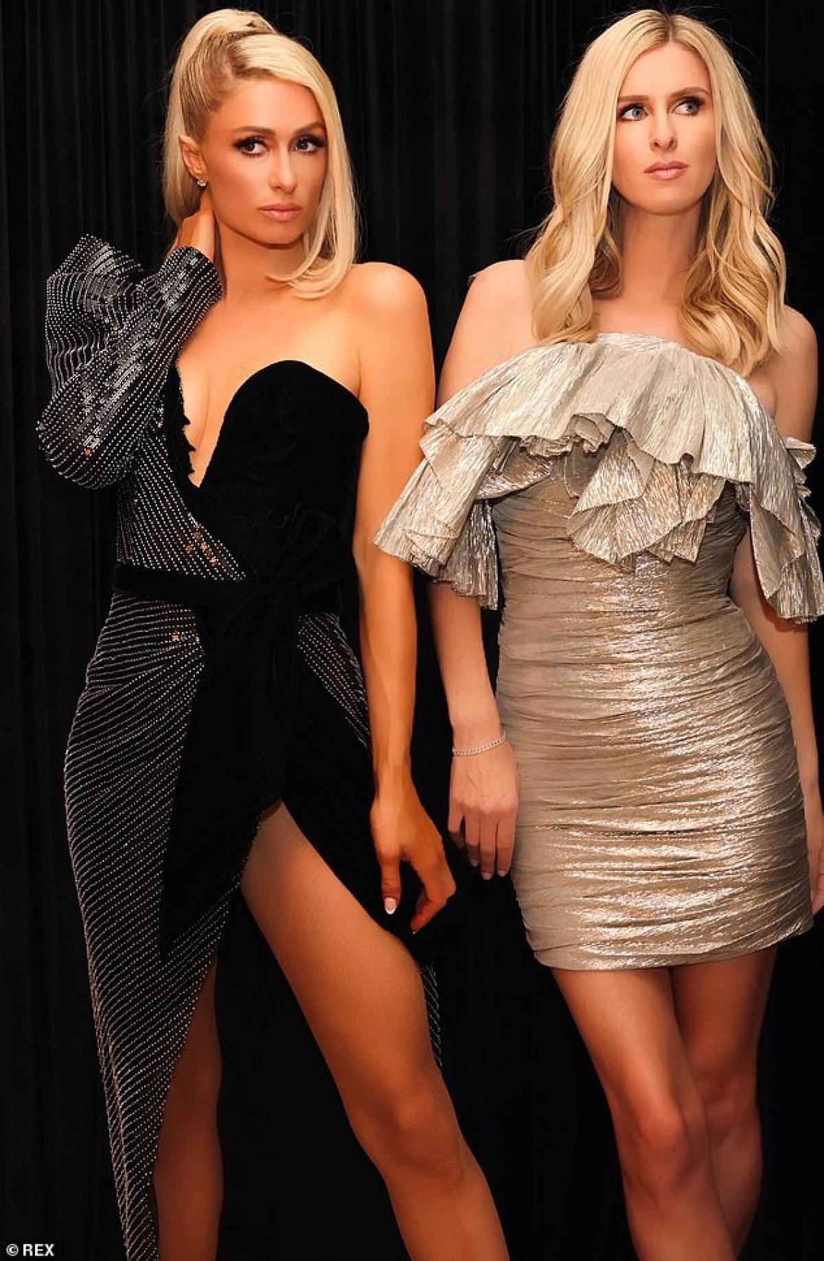 Cặp chị em nhà Hilton mặc váy gợi cảm, khoe nhan sắc thăng hạng đáng ngưỡng mộ./.