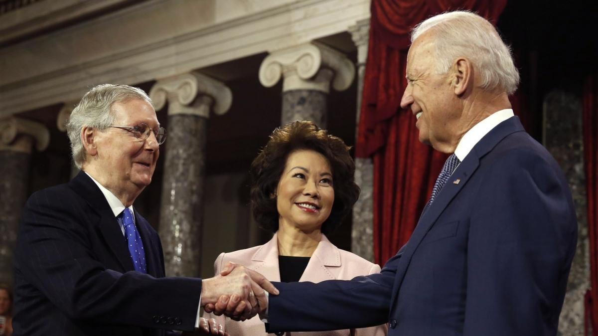 Ông Biden và ôngMcConnell trong một cuộc gặp. Ảnh: Kcrw.