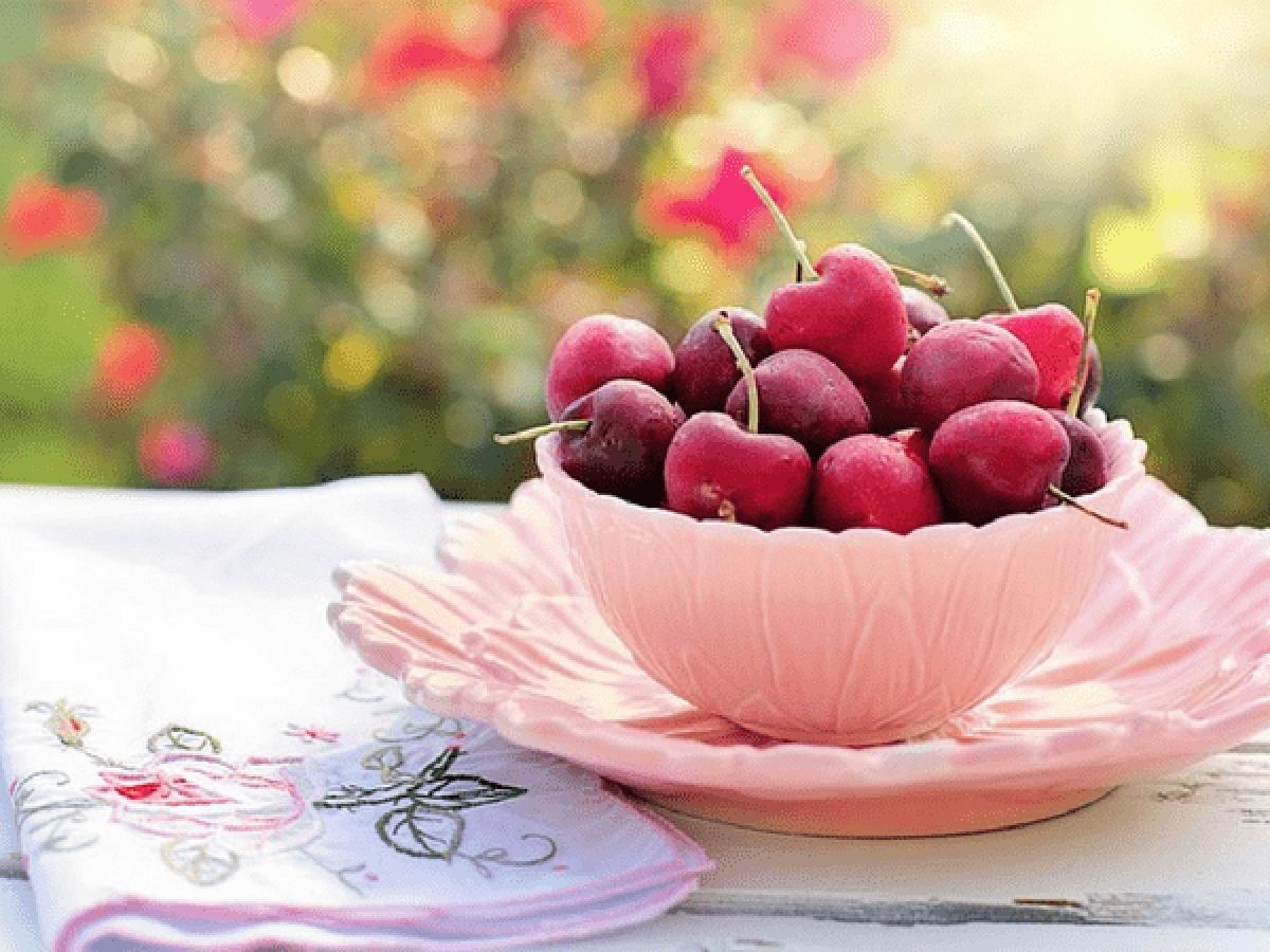 Các loại quả mọng: Các loại quả mọng như dâu, việt quất, mâm xôi chứa hợp chất anthocyanin có tính chống oxy hóa mạnh mẽ, giúp ngừa viêm và kích thích sản sinh các enzym giảm đau.