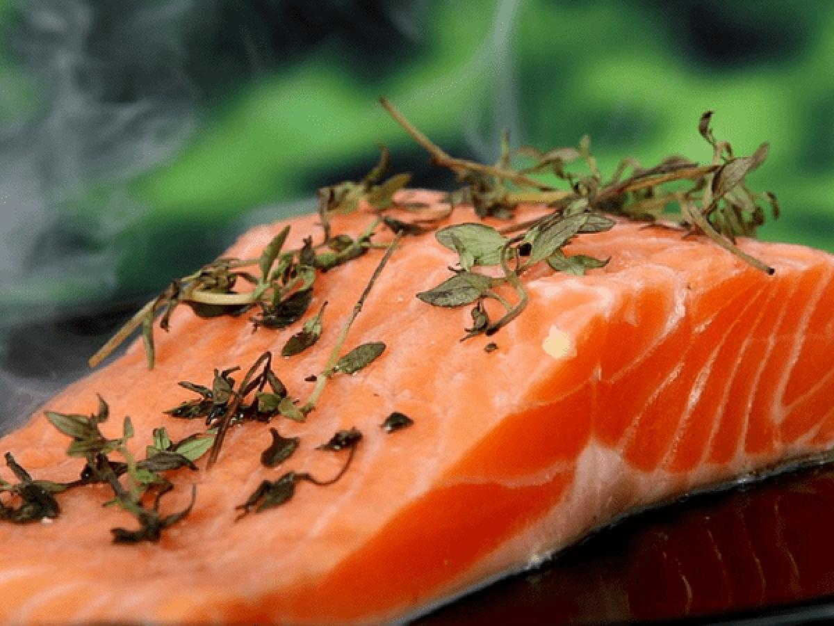 Cá hồi: Các loại cá như cá hồi giàu axit béo omega-3 giúp giảm cơn đau do viêm khớp, đặc biệt là ở khu vực vai gáy và thắt lưng.