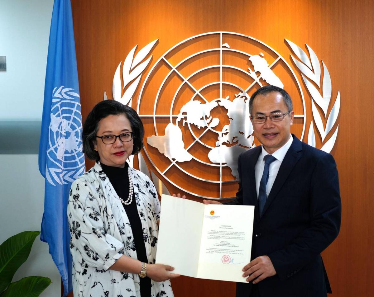 Đại sứ Phan Chí Thành trao thư uỷ nhiệm cho Phó Tổng thư ký LHQ