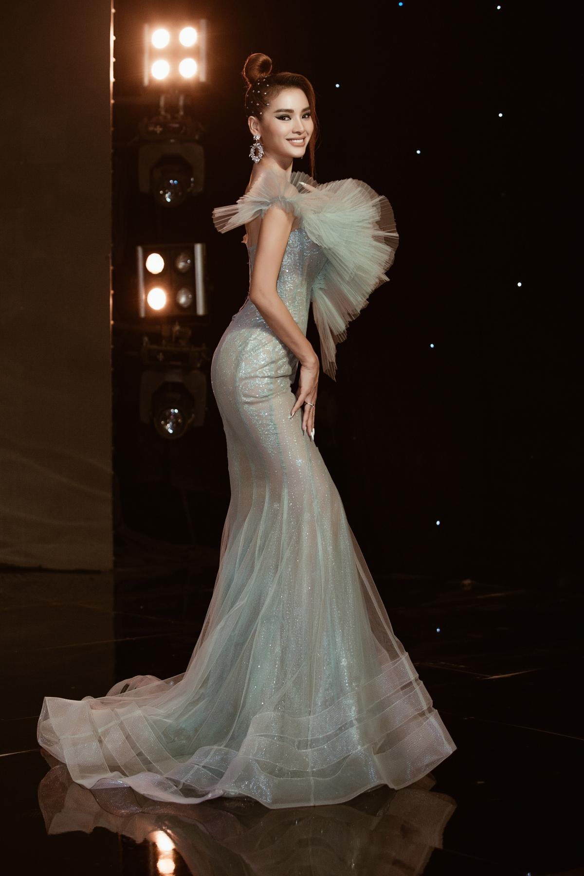 Lựa chọn trang phục sắc xanh lá, diễn viên - ca sĩ Phương Trinh Jolie hóa thân nữ thần mùa hè siêu tươi trẻ.