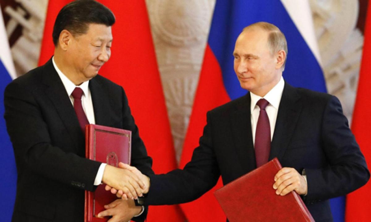 Putin và Tập Cận Bình bắt tay trong một lễ ký kết sau đàm phán hồi tháng 7/2017tạiĐiện Kremlin. Ảnh:Reuters.