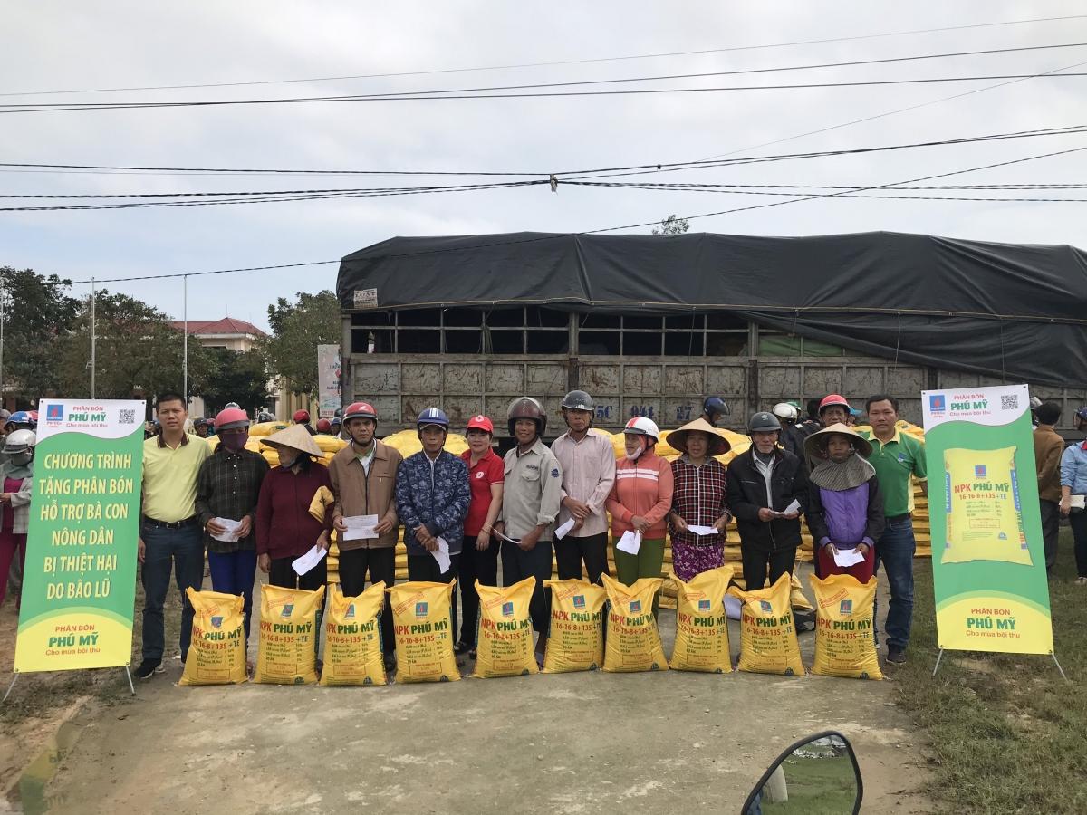 PVFCCo trao tặng 280 tấn phân bón Phú Mỹ hỗ trợ bà con bị thiệt hại do bão lũ.