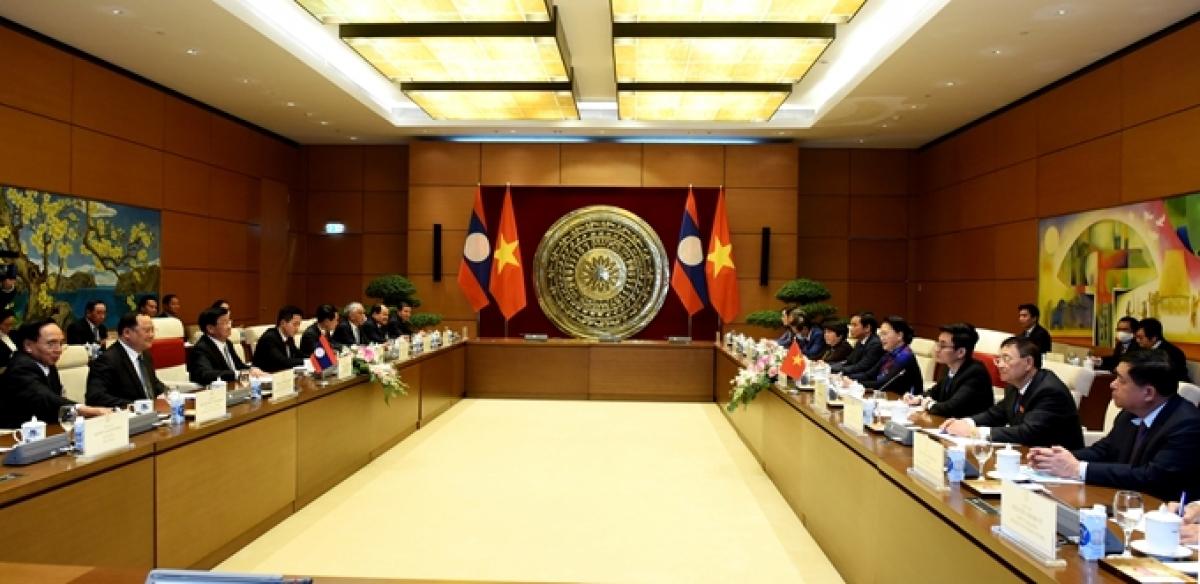 Chủ tịch Quốc hội Nguyễn Thị Kim Ngân đánh giá cao quan hệ hợp tác giữa Quốc hội hai nước ngày càng gắn bó chặt chẽ, đồng thời cảm ơn Lào đã ủng hộ, tham gia các hoạt động ASEAN, AIPA trong năm 2020 do Việt Nam làm Chủ tịch. Quốc hội Việt Nam sẽ phối hợp chặt chẽ với Quốc hội Lào tiếp tục tạo điều kiện thuận lợi để Chính phủ hai nước triển khai hiệu quả các Thỏa thuận cấp cao; tăng cường phối hợp giám sát việc thực hiện các Thỏa thuận hợp tác giữa hai Chính phủ. (Ảnh: VGP)