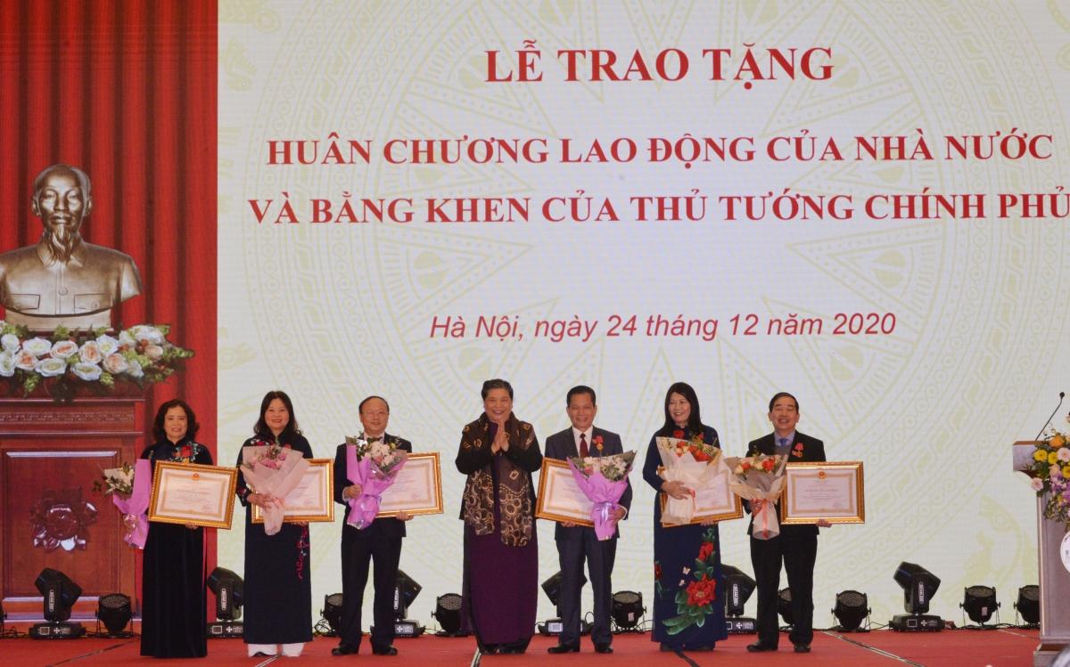 Phó Chủ tịch Thường trực Quốc hội Tòng Thị Phóng trao Huân chương Lao động hạng Nhì cho các cá nhân
