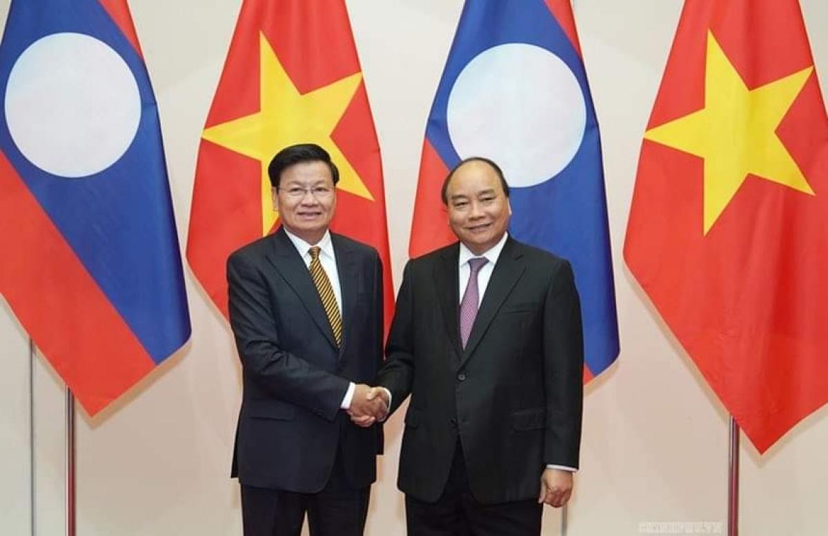 Thủ tướng Lào Thongloun Sisoulith bắt tay Thủ tướng Nguyễn Xuân Phúc trong chuyến thăm chính thức Việt Nam hồi tháng 10/2019.